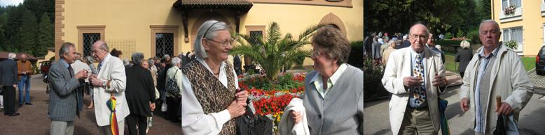 Gespräche vor dem Kloster