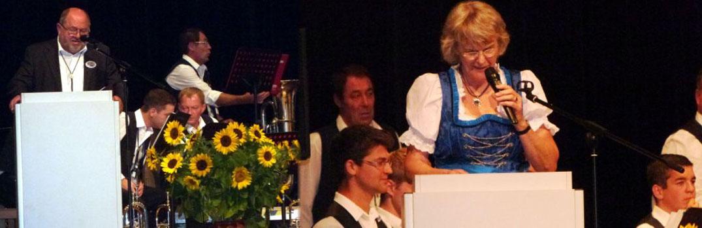 Moderator Anton Bleiziffer und Vorsitzende der Eisenbahner Musikanten Lore Lay