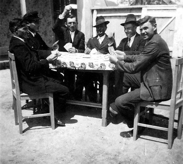 Männer im Hof beim Karten spielen - Lothringen