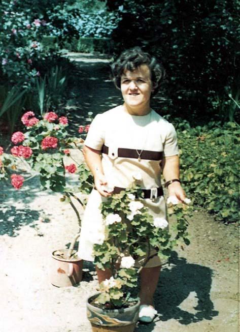 Eva Mischon im Pfarrgarten - 1972