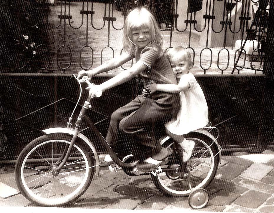 Geschwister auf dem Fahrrad - Malwine und Andrea