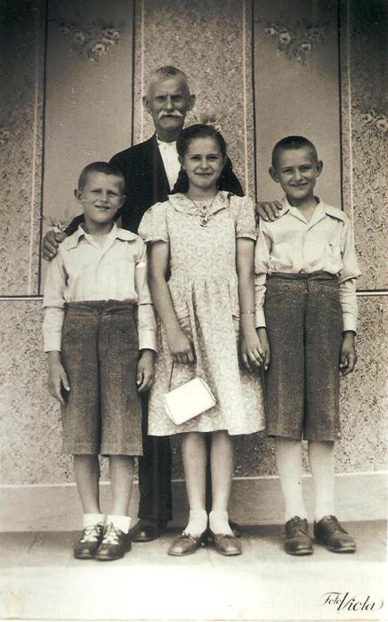 Geschwister Eichinger mit Opa