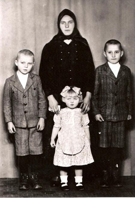 Anna Kerker und Kinder, Überland 1945